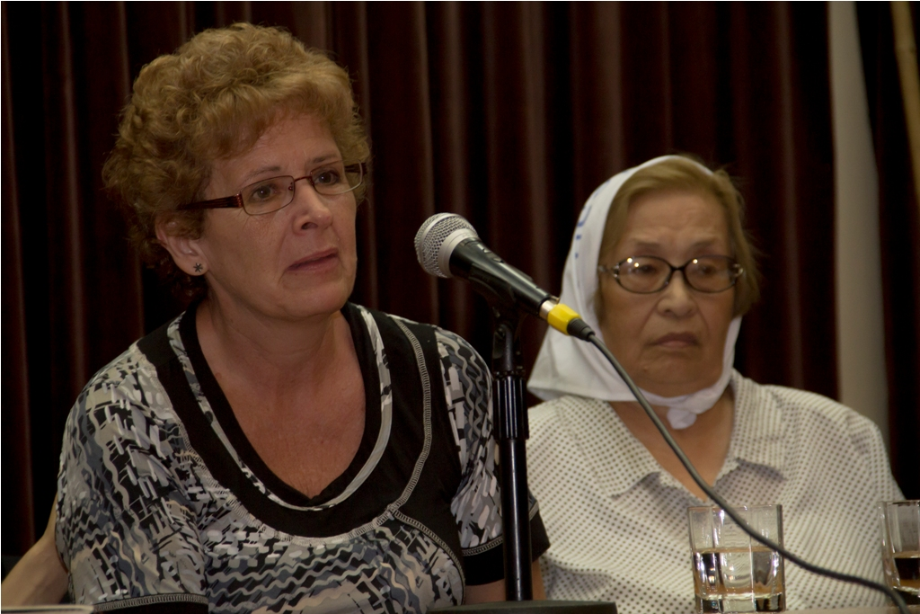 Panel en homenaje a Watu con Raquel Cilleruelo junto a la madre de Julio Negrito García
