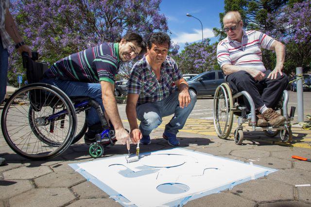 Imagen noticia: Nuevo logo en los boxes para personas con discapacidad del playón de Alem
