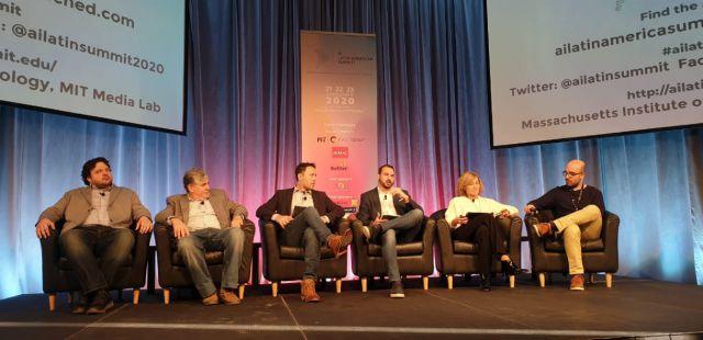 imagen de la noticia: Gerardo Simari (primero de la derecha) coordinando el panel en el MIT