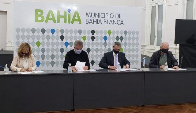 imagen de la noticia: Savoretti, Gay, Vega y Ércoli durante la firma del acuerdo