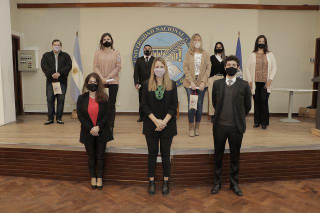 imagen de la noticia: Autoridades del Departamento junto a los mejores promedios de la Licenciatura en Seguridad Pública