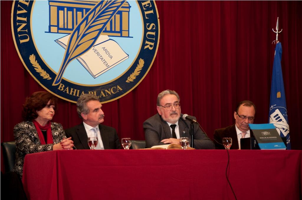 Autoridades de la UNS junto al Ministro de Defensa de la Nación Agustín Rossi